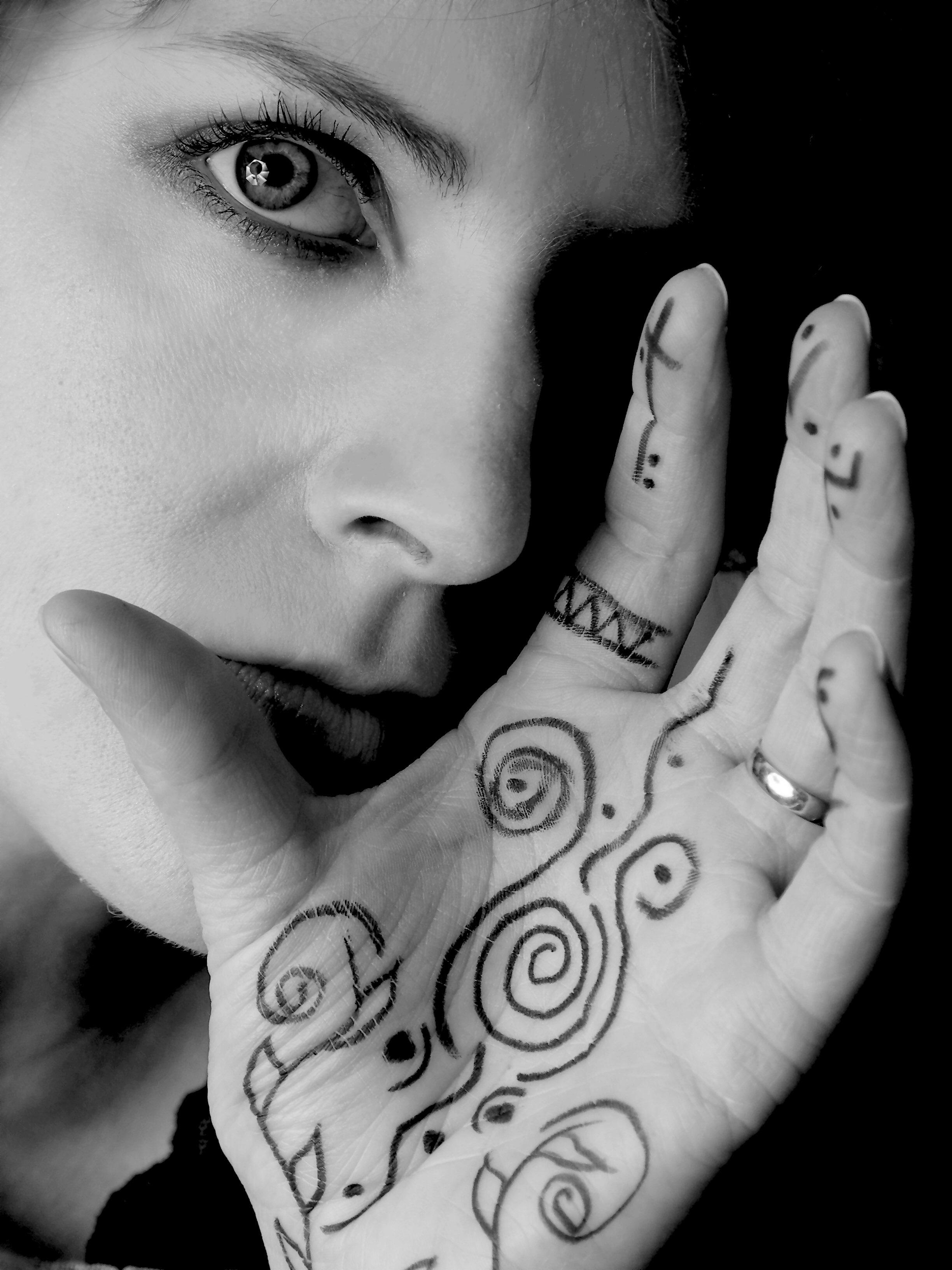 moça com tatuagem na mão